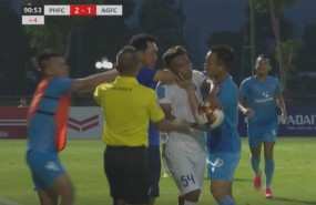 Coach Pho Hien FC severely fined for strangling An Giang player